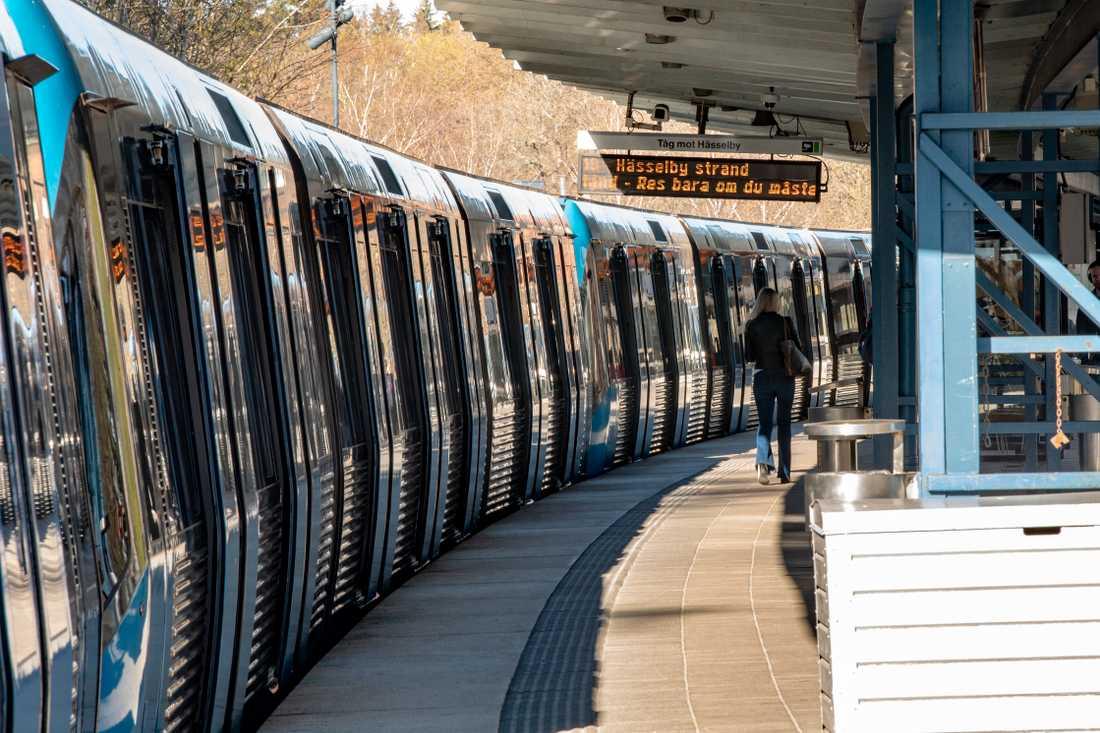 Antalet resenärer i Stockholms tunnelbana har minskat under coronakrisen, men många har inget annat val än att åka kollektivt.