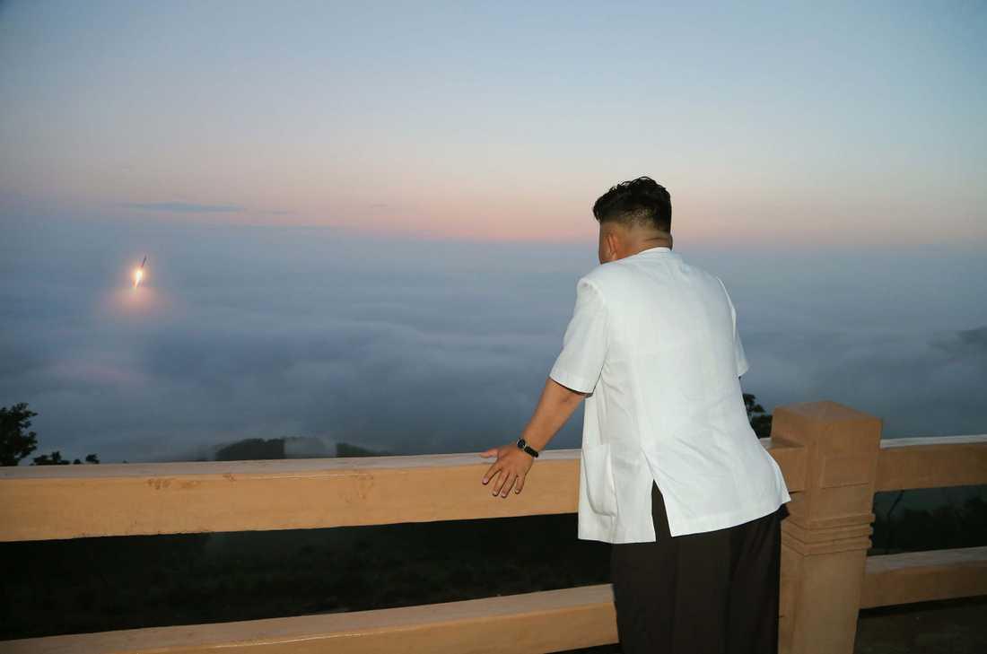 Kim Jong-Un tittar på en raketuppskjutning.
