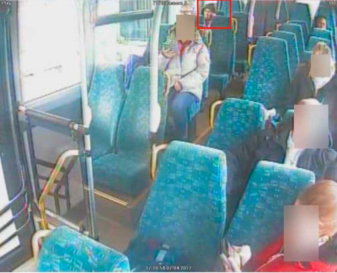 Sitter på bussen.