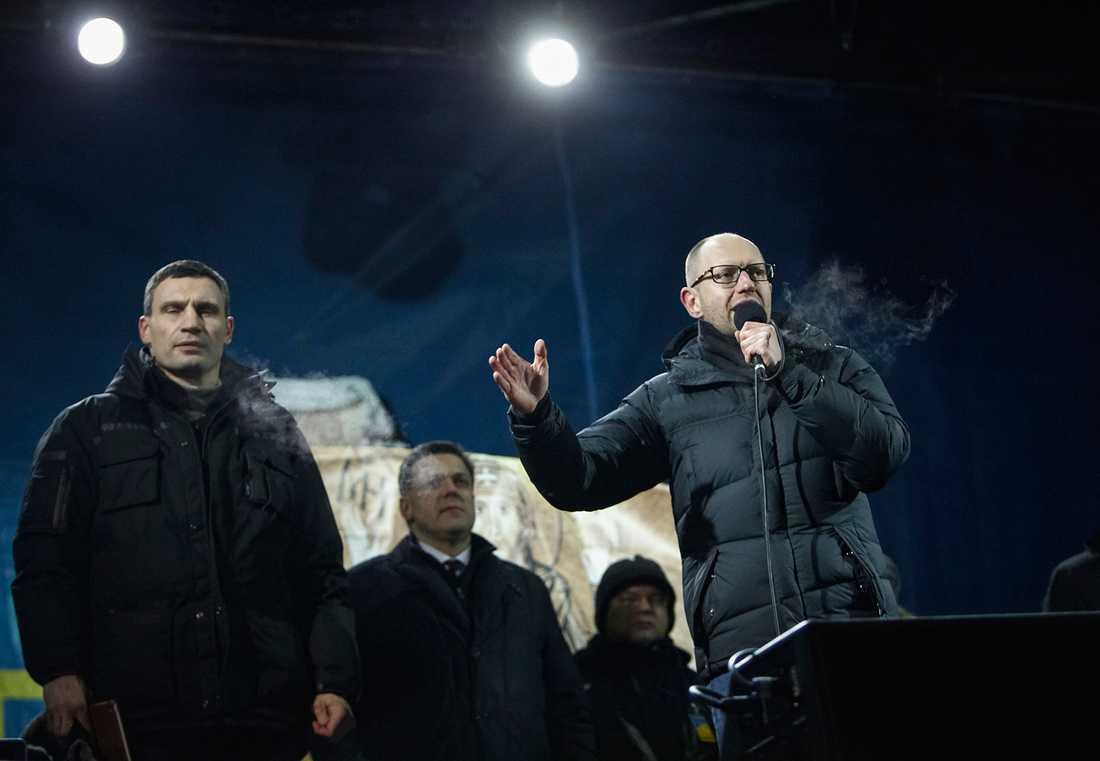 Arsenij Jatsenjuk på Självständighetstorget i Kiev.