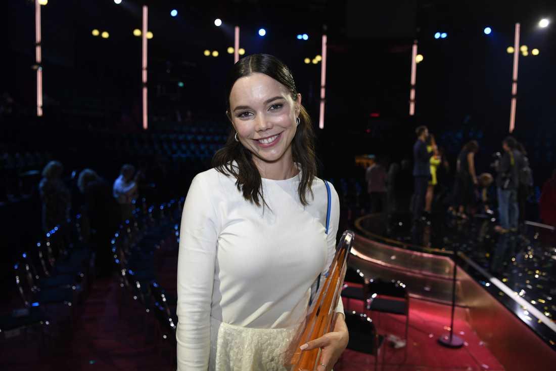 """Hedda Stiernstedt  fick pris för """"Årets kvinnliga skådespelerska i tv-produktion"""" på Kristallen 2018."""