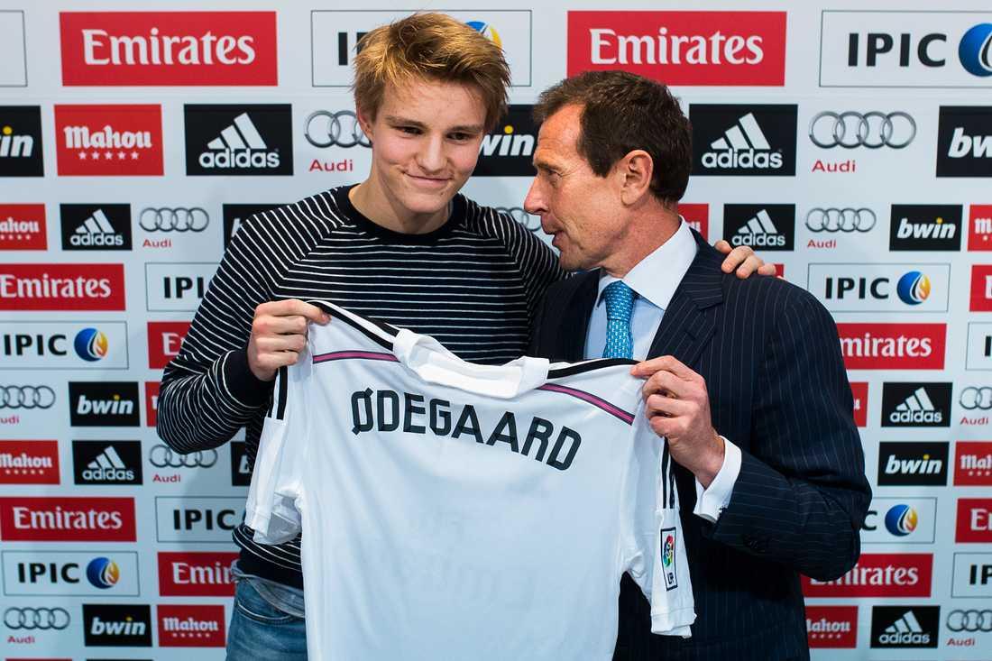 Ödegaard vid presentationen i Real Madrid 2015.