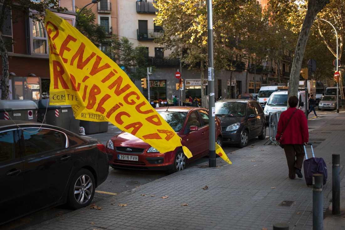"""En banderoll med texten """"Välkommen, Republiken!"""" sliter sig i vinden i Barcelona på onsdagen."""