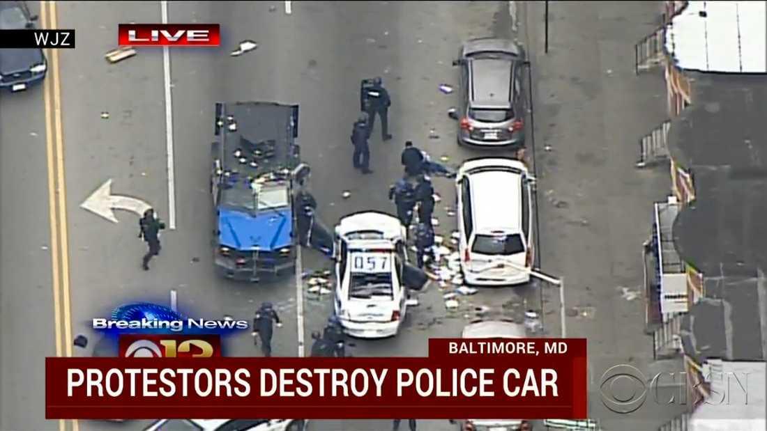 Folksamlingen kring den sönderslagna polisbilen skingrades när ett pansarfordon rullade fram och mängder med poliser stormade ut. Minst en person omhändertogs av kravallpolisen.