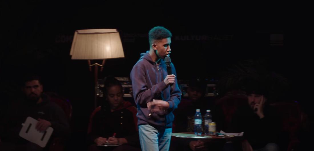Ahmed Hassano framför sin dikt på Ortens bästa poet 2018.