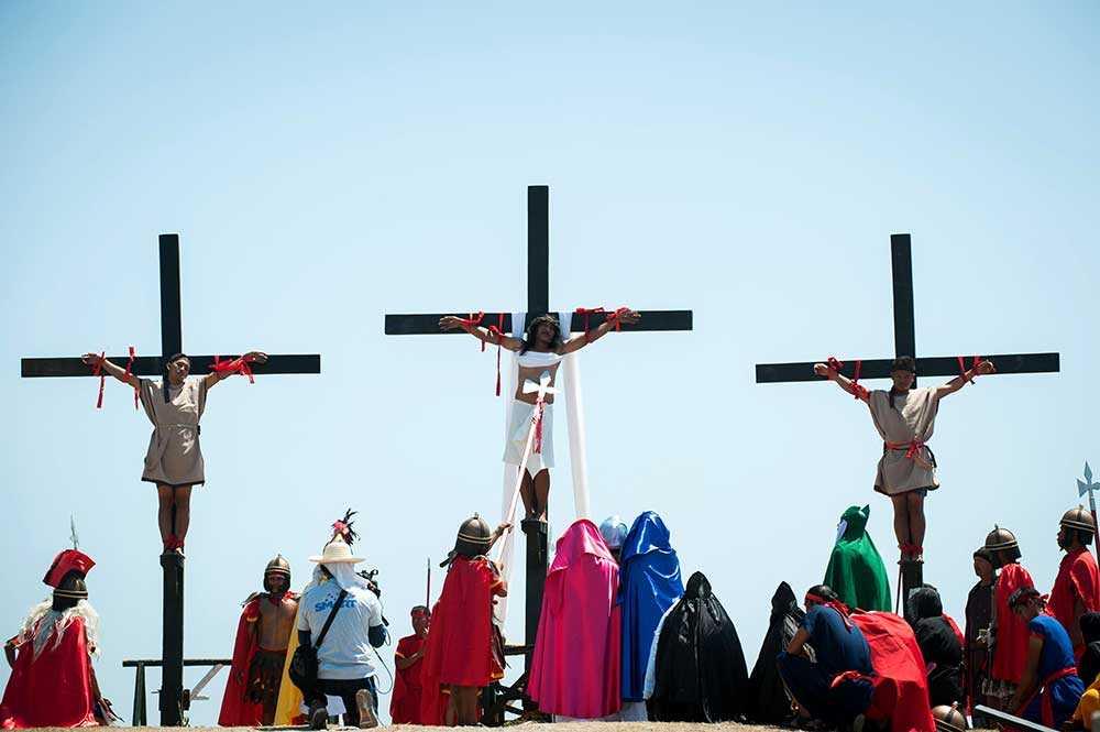 Flera kors med män som spikats fast vid händer och fötter reste sig över staden San Fernando på långfredagen.