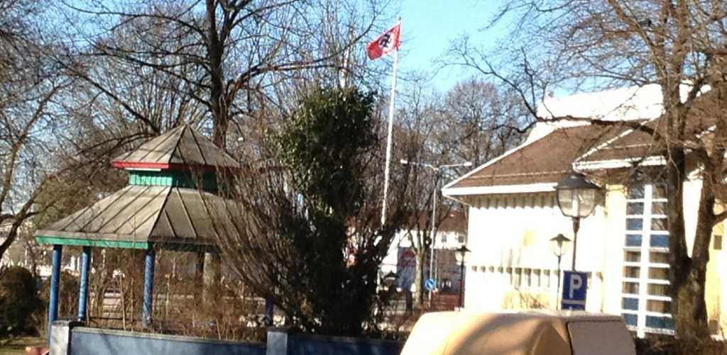 Bild från när nazistflaggor hissades utanför flera kommunhus i Ljungby år 2013.