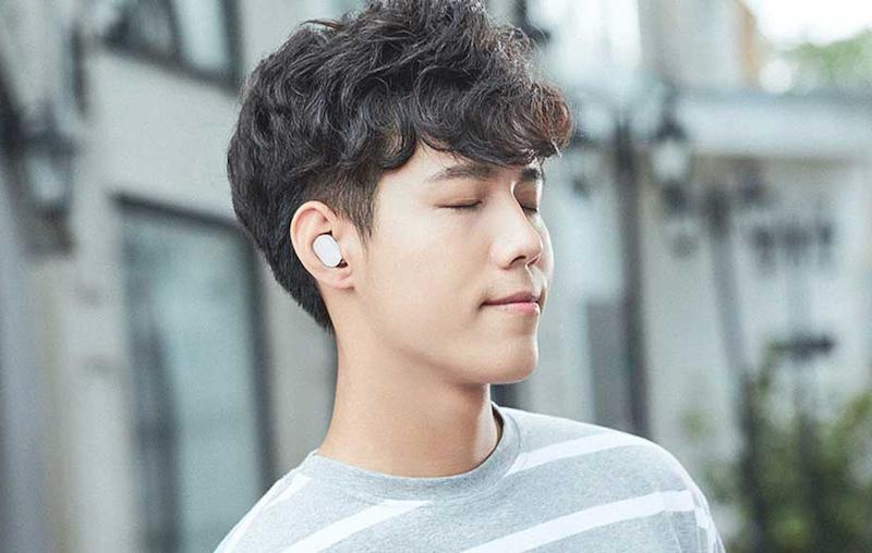 Xiaomi AirDots ser ut att ligga diskret i öronen.