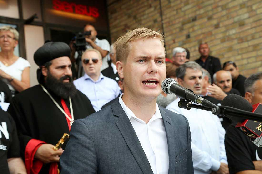 Gustaf Fridolin talade. I bakgrunden skymtar ärkebiskop Benjamin Atas och Ibrahim Baylan (S).
