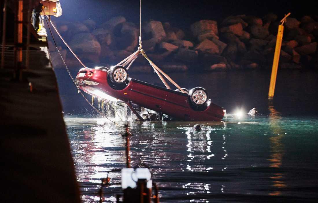 En bil innehållande man som blivit mördad anträffades i vattnet på samma plats för nästan exakt tre år sedan. Polisen och räddningstjänsten bärgade bilen.