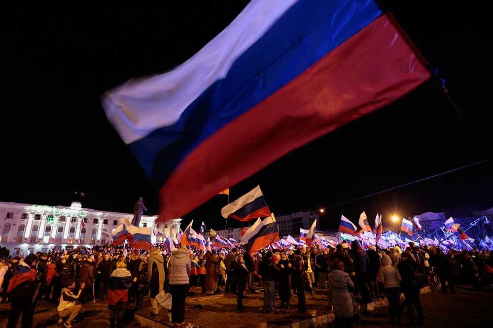 Delar av Krims befolkning firar valresultatet på Lenintorget i Simferopol