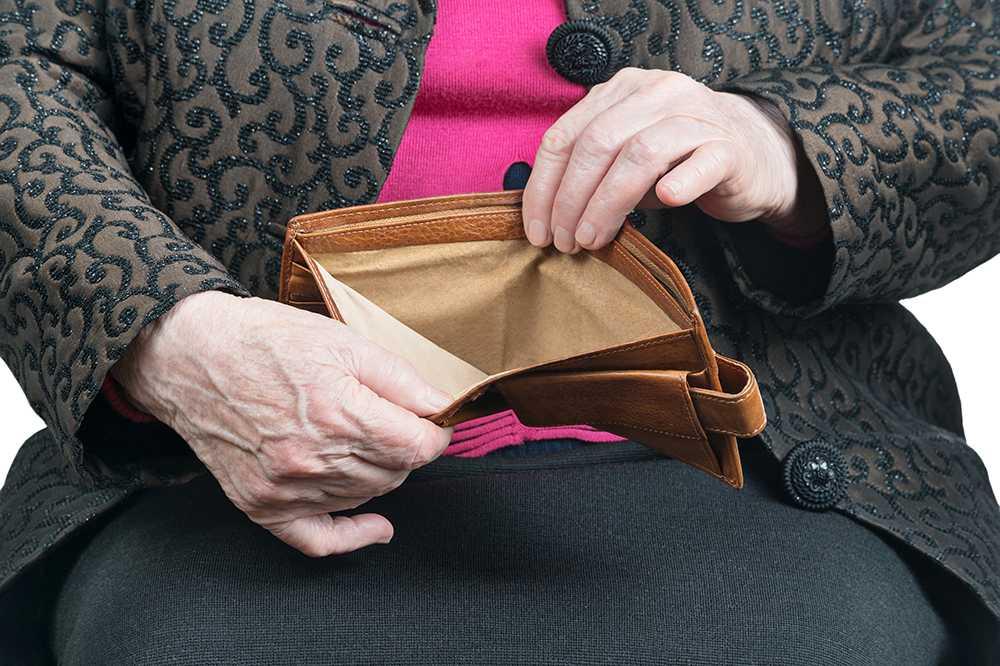 Många pensionärer får uppemot tusen kronor mindre i tjänstepension.