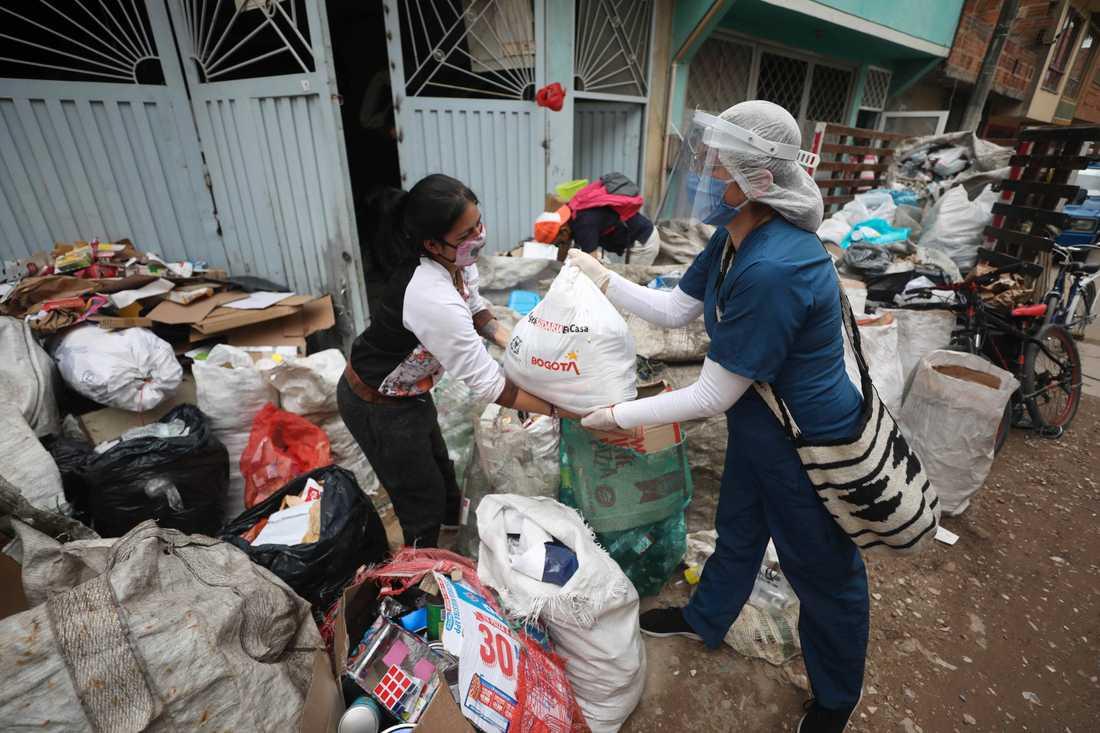 Mat delas ut till behövande i Bogota i Colombia. Staden delar ut mat till människor som inte längre kan gå till jobbet på grund av pandemins restriktioner. Hembiträden finns bland de arbetsgrupper som har drabbats hårt. Arkivbild.
