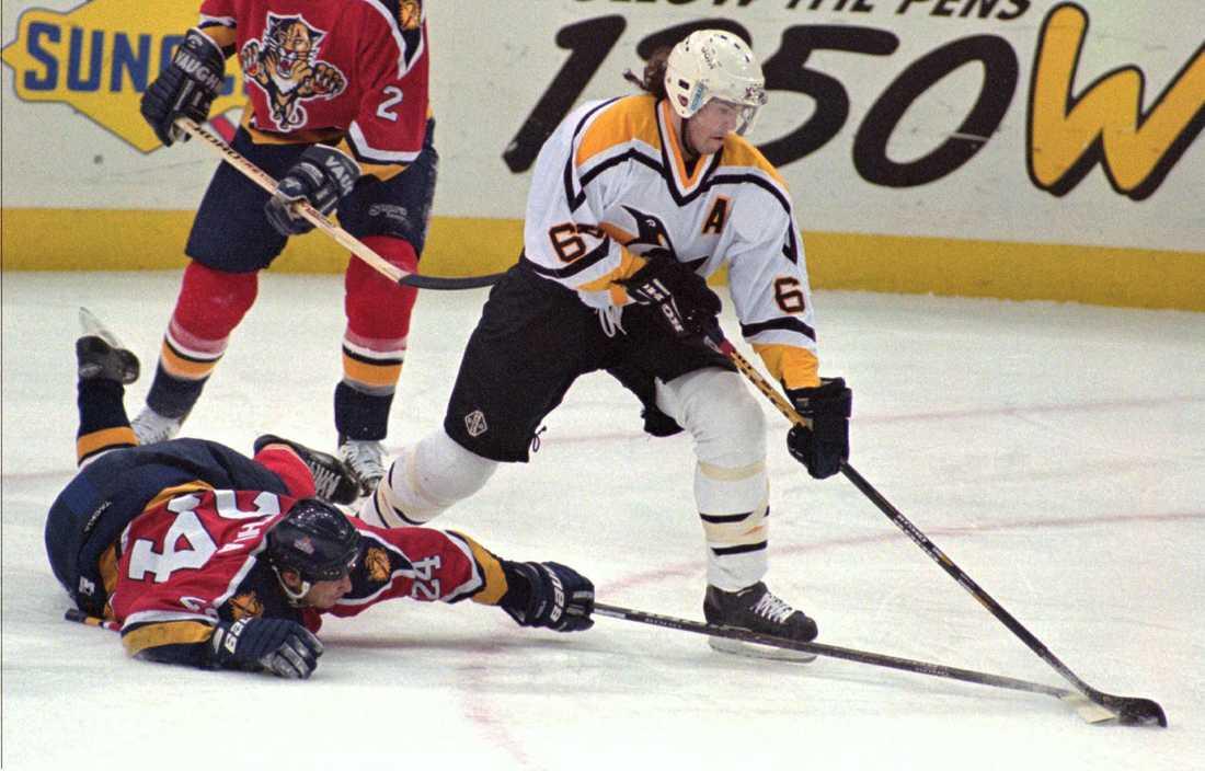 Jagr lurar Florida Panthers sloven Robert Svehla i en NHL-match i mars 1997.
