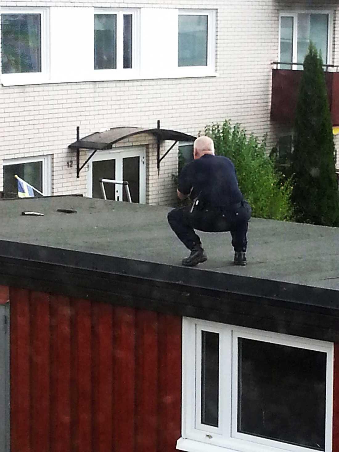 LÅG PÅ TAKET Uppslängt på ett tak i närheten av brottsplatsen har polisen hittat ett vapen som sätts i samband med dödsskjutningen av den 18-årige mannen i måndags kväll.