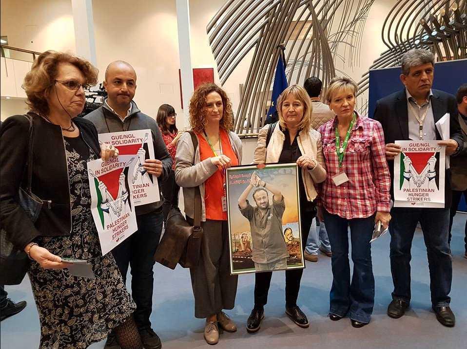 Marita Ulvskog (S) vid manifestationen i Bryssel där hon poserar med en bild på livstidsdömde palestiniern Marwan Barghouti.