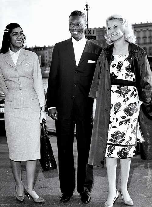 Jetsetaren Nat King Cole med hustrun Maria besöker Stockholm och Monica Zetterlund.
