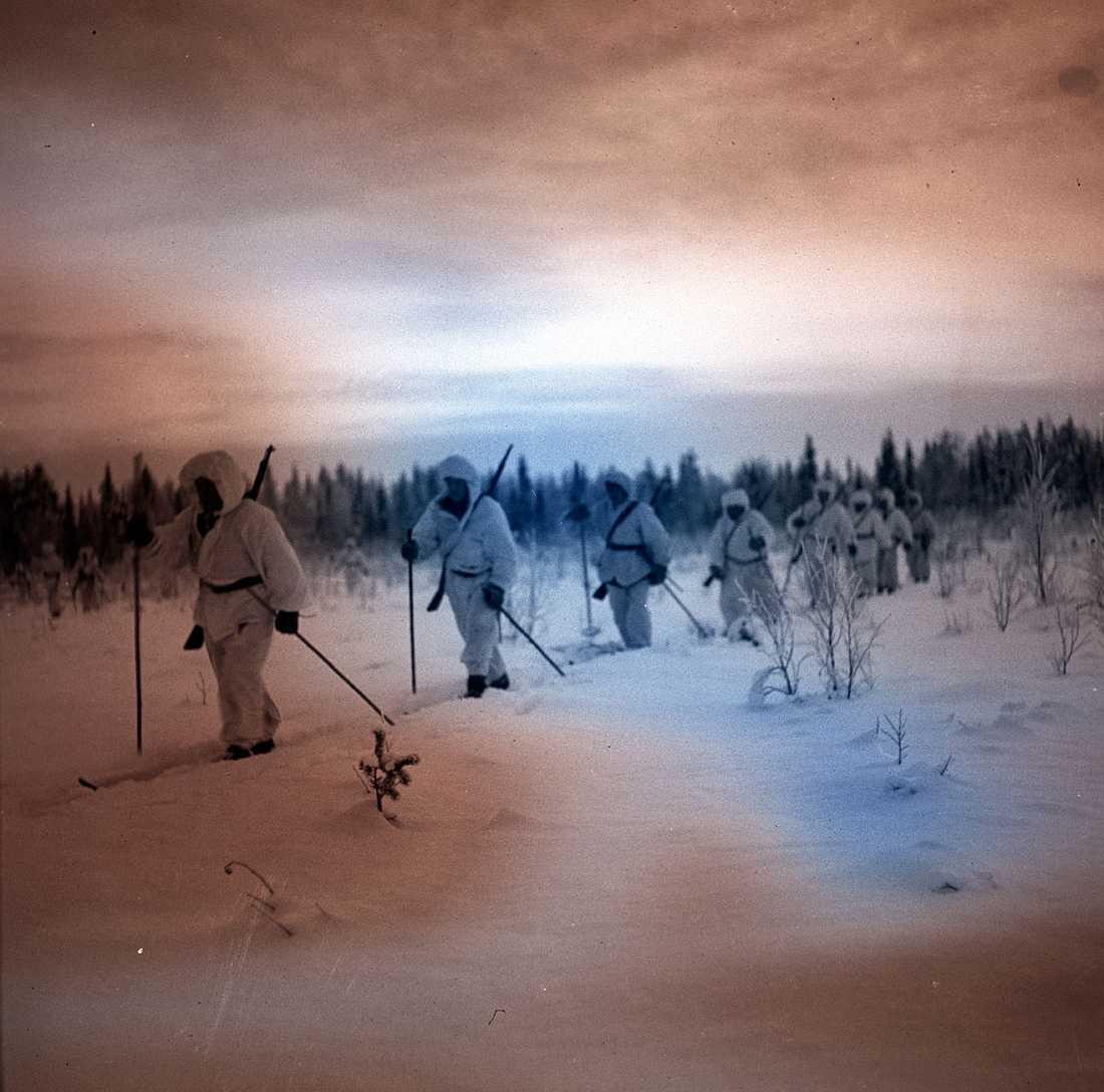 """Klädda i snödräkter gled de finska soldaterna snabbt och tyst fram på skidor. Det sägs att de sovjetiska soldaterna kallade dem """"Belaja smert"""", den vita döden."""