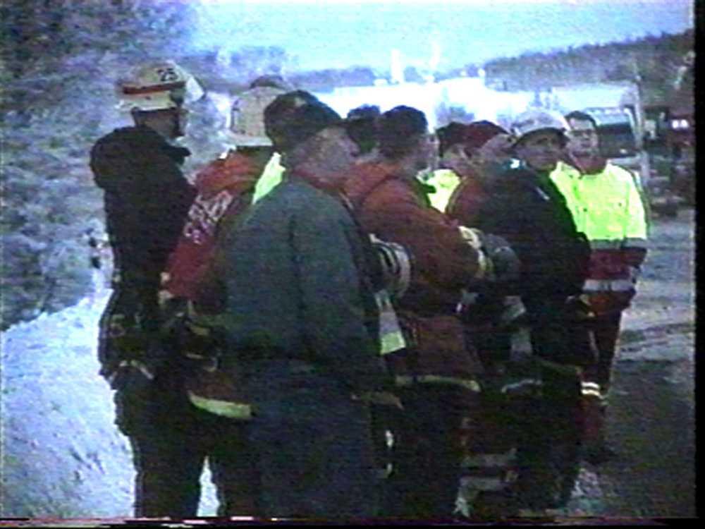 Räddningstjänsten höll en tyst minut för offren på olycksplatsen.