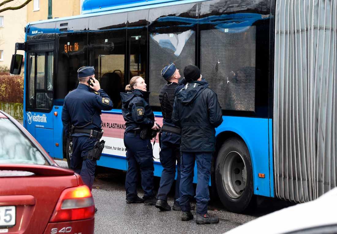Bussen blev beskjuten med hagelgevär, enligt Aftonbladets uppgifter.