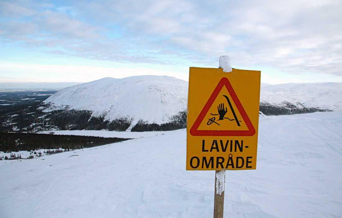 En lavinvarning har utfärdats för västra Vindelfjällen. På bilden syns ett lavinområde i Årefjällen. Arkivbild.