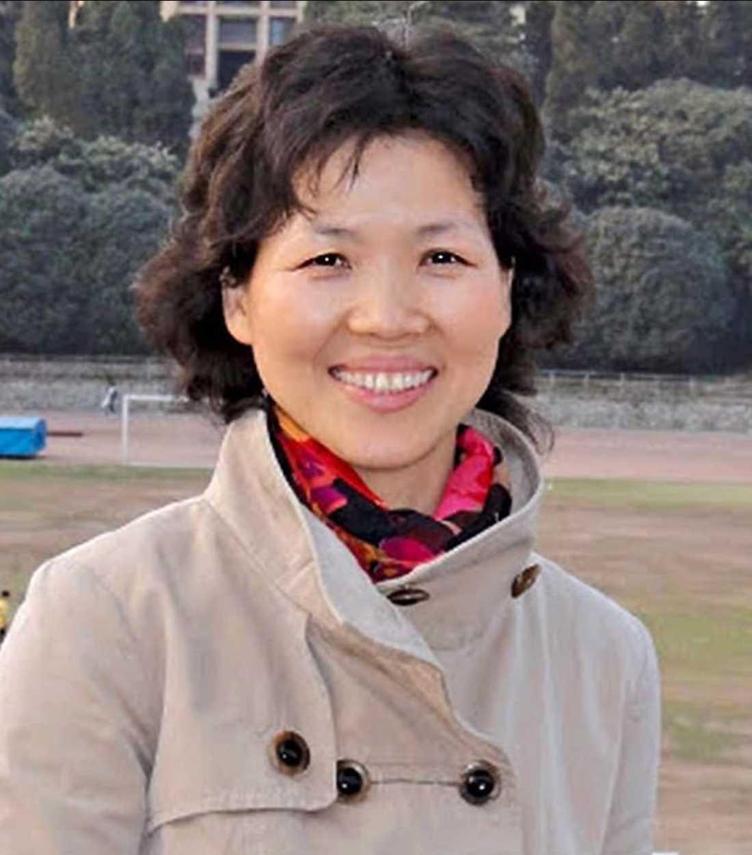 """Forskaren Shi Zhengli är känd som Kinas """"Bat Woman"""" efter att ha tillbringat flera år på virusjakt bland fladdermöss i landets grottor."""