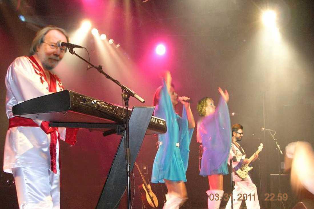 """THE VISITORS  ABBA gjorde ett oväntat gästspel på scenen i Ockelbos församlingsgård. Stjärnorna ersatte coverbandet Direktörerna – och spelade sina gamla slagdängor på löpade band. Först ut var vinnarlåten i Eurovision song contest 1974 – """"Waterloo""""."""