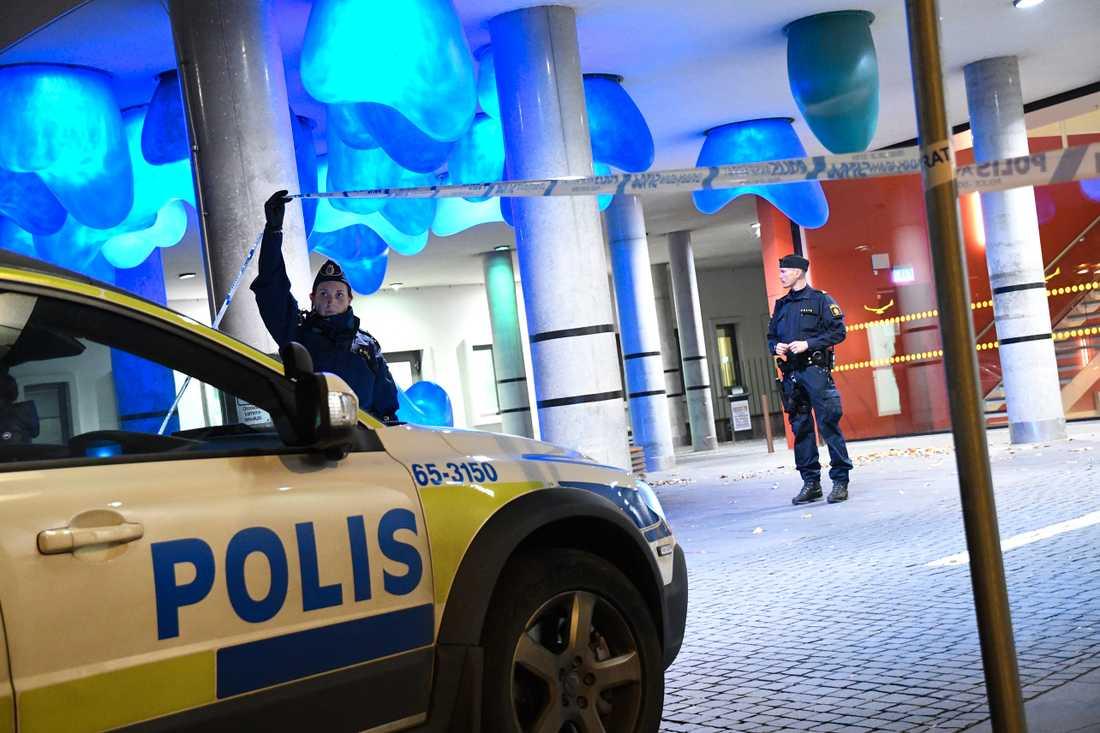Polis bevakar akutintaget vid Universitetssjukhuset sedan två personer skjutits vid två separata skottlossningar i Malmö under onsdagskvällen.