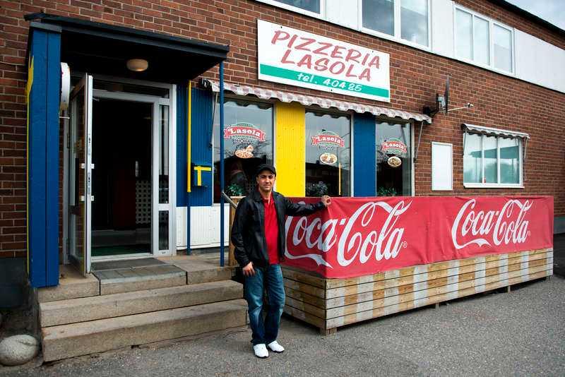 """Yahya """"Iza"""" Damlkhi jobbar som pizzabagare i Söråker utanför Sundsvall."""