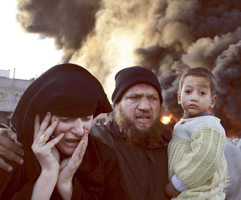 En palestinsk familj flyr efter en av Israels attacker mot Gaza.