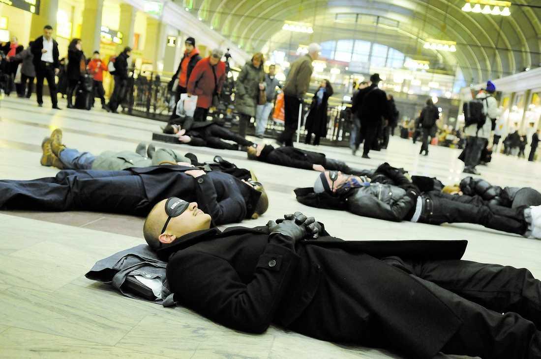 """AKTION Elever från Berghs uppmanade i går på ett ovanligt vis till släckning under Earth hour. Iklädda sovmasker la de sig under några minuter ner på golvet på Centralstationen i Stockholm. """"Vi vill uppmärksamma Earth hour på ett okonventionellt sätt"""", säger Christian Hammar."""