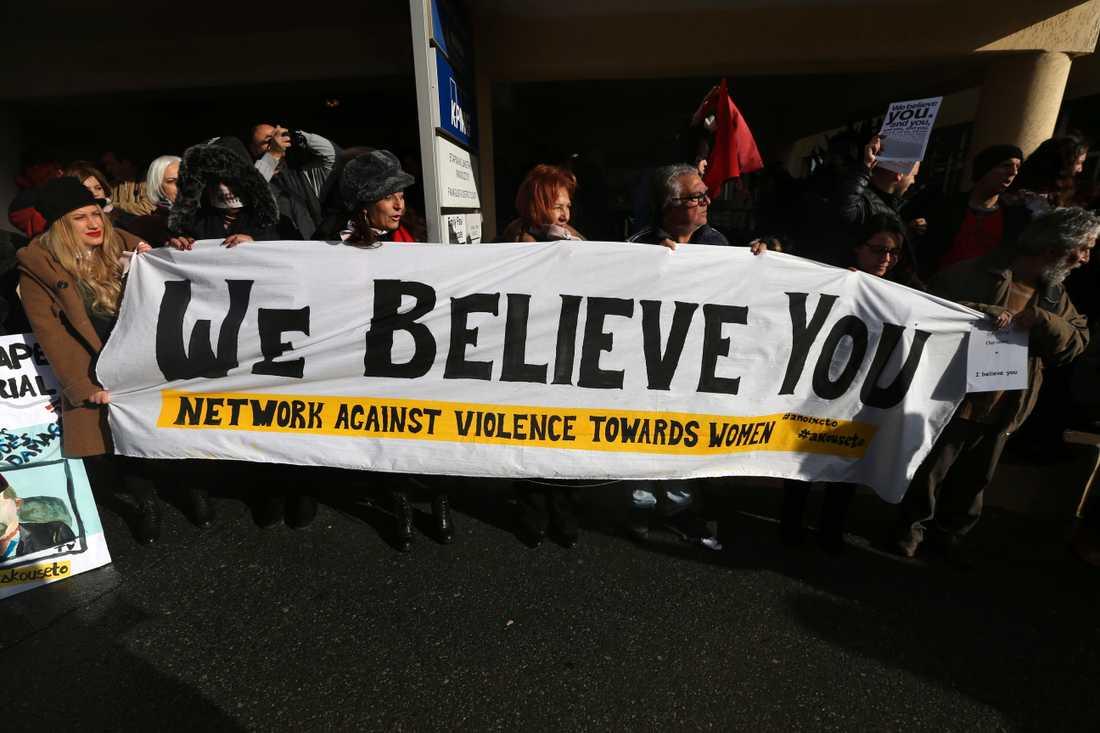 Demonstranter protesterade utanför domstolen på Cypern inför förkunnandet av domen mot den 19-åriga kvinnan.