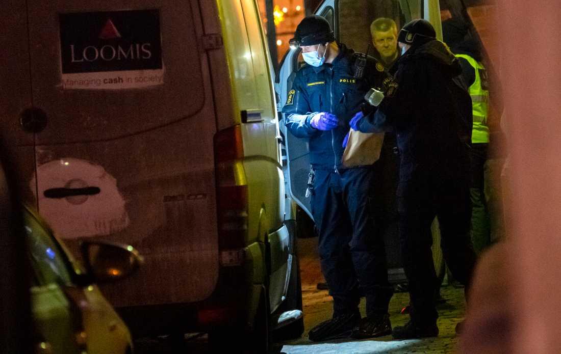 Polisens kriminaltekniker undersöker värdetransportbilen.
