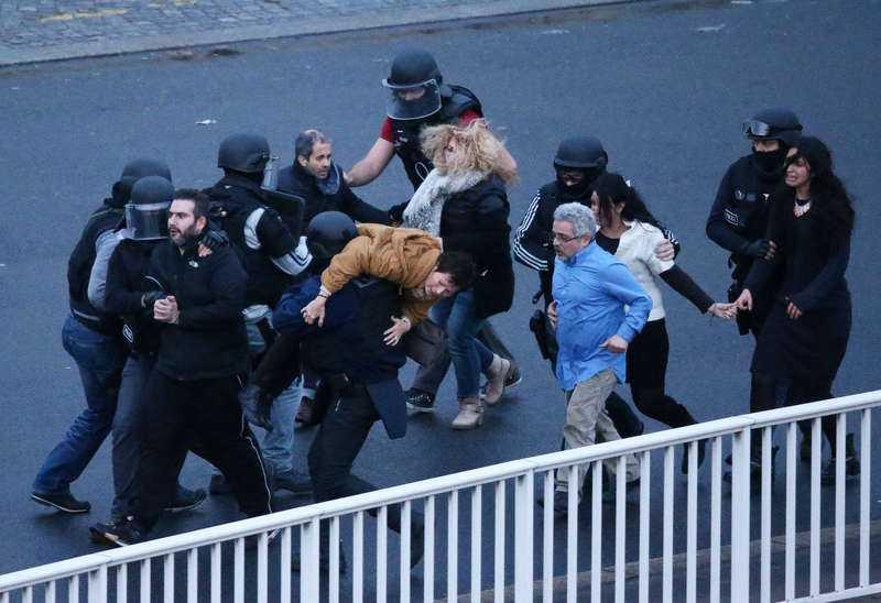 De som hållits gisslan i butiken fördes snabbt bort av polisen. Många var svårt chockade.