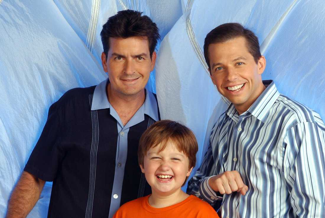 """Charlie Sheen, Angus T. Jones och Jon Cryer i """"2 1/2 män""""."""