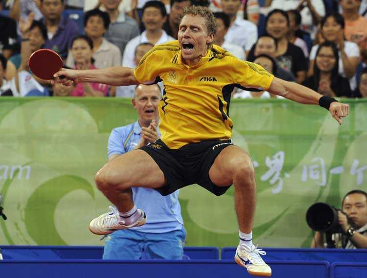 Jörgen Persson hoppar av lycka efter segern i kvartsfinalen.