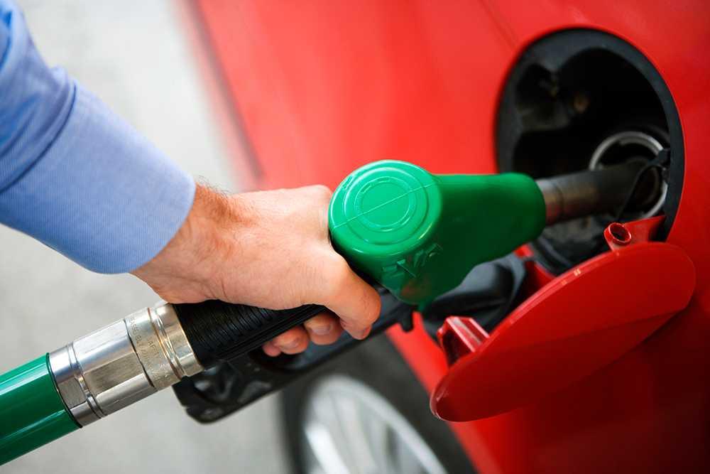 Räkna med att bensinpriset fortsätter stiga fram till sommaren.