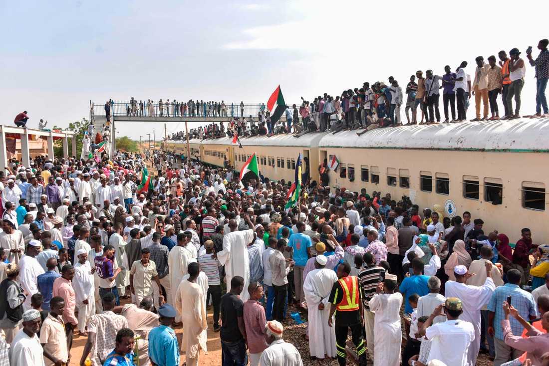 Medlemmar ur proteströrelsen från staden Atbara anländer med tåg till Baharistationen i Khartum för att fira lördagens ceremoni, som för med sig hopp om demokratiskt styre i Sudan.