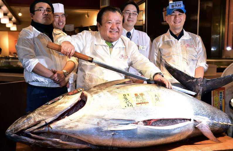 Sushimagnaten Kiyoshi Kimura är nöjd efter att ha köpt en blåfenad tonfisk för 990 000 kronor.