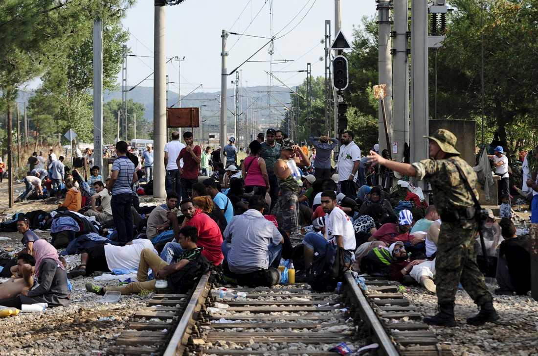Specialpolis vaktar gränsen mellan Makedonien och Grekland när mer än tusen migranter väntar vid järnvägstationen i Gevgelija.
