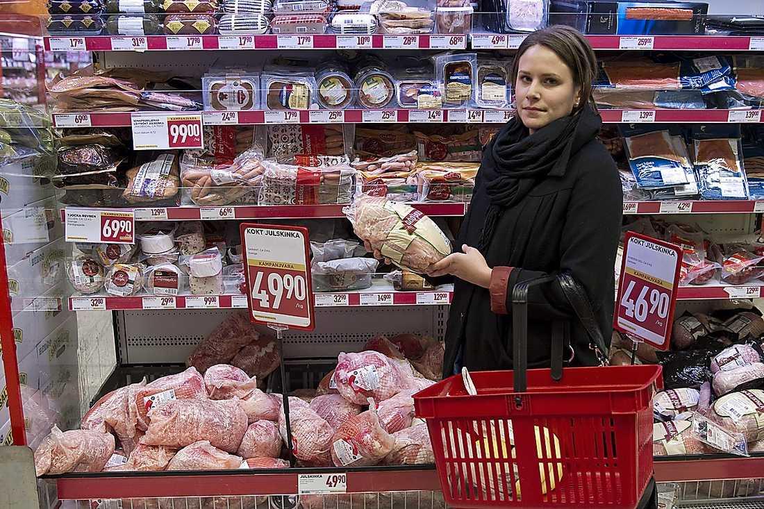 """DEN ÄR I ALLA FALL SVINBILLIG För Erika Tjusberg, 23, är det viktigaste att skinkan ser god ut. """"Den här danska (Nybergs deli) är för stor och ser inte så fräsch ut. Hade jag sett en som såg bra ut i dag hade jag nog köpt den."""""""
