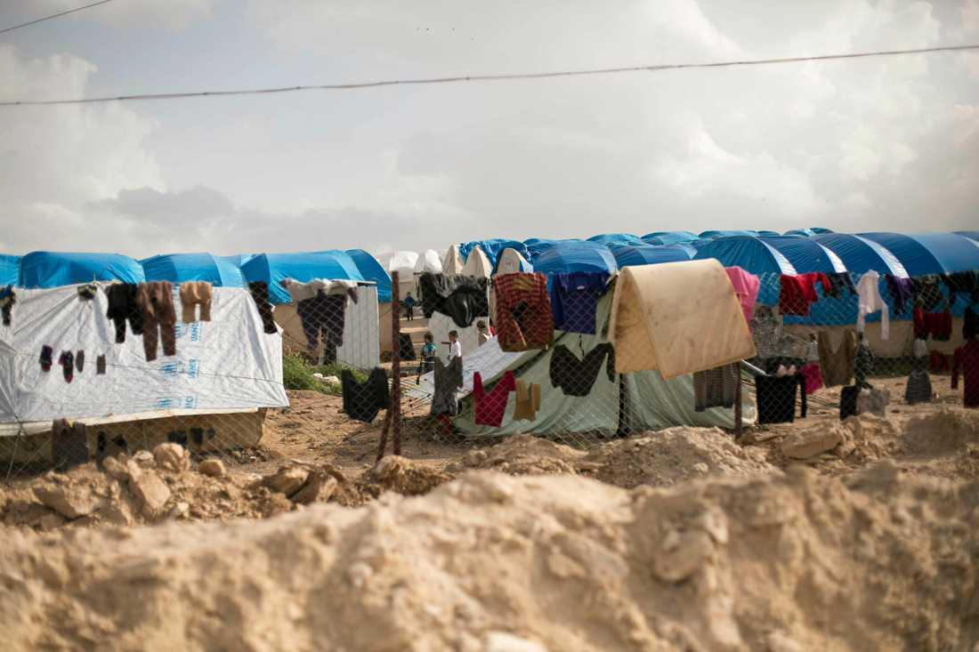Tvätt hänger på tork i sektionen för utländska familjer i det kurdiskkontrollerade lägret al-Hol i nordöstra Syrien.