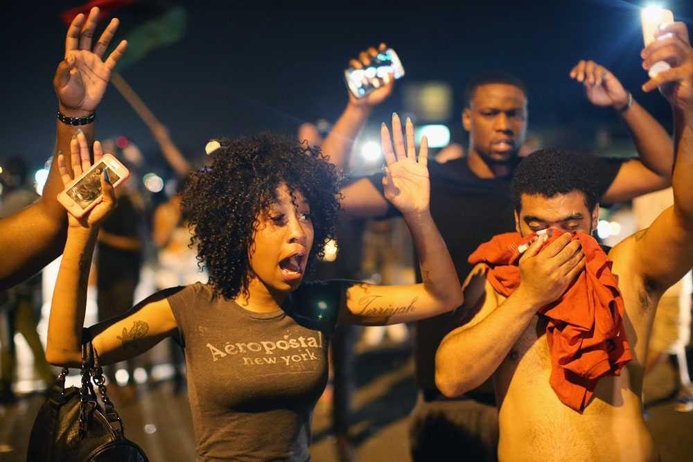 Demonstranter protesterar efter att tonåringen Michael Brown skjutits till döds av polis i staden Ferguson.