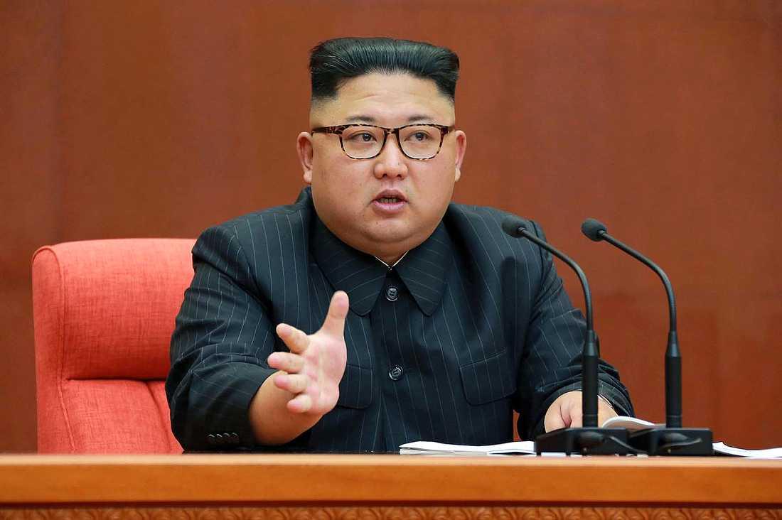 Kim Jong-UN talar inför centralkommittén på lördagen.