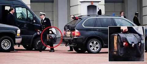 """När Obama besökte Oslo fick """"fotbollen"""", väskan med kärnvapenkoderna, följa med."""