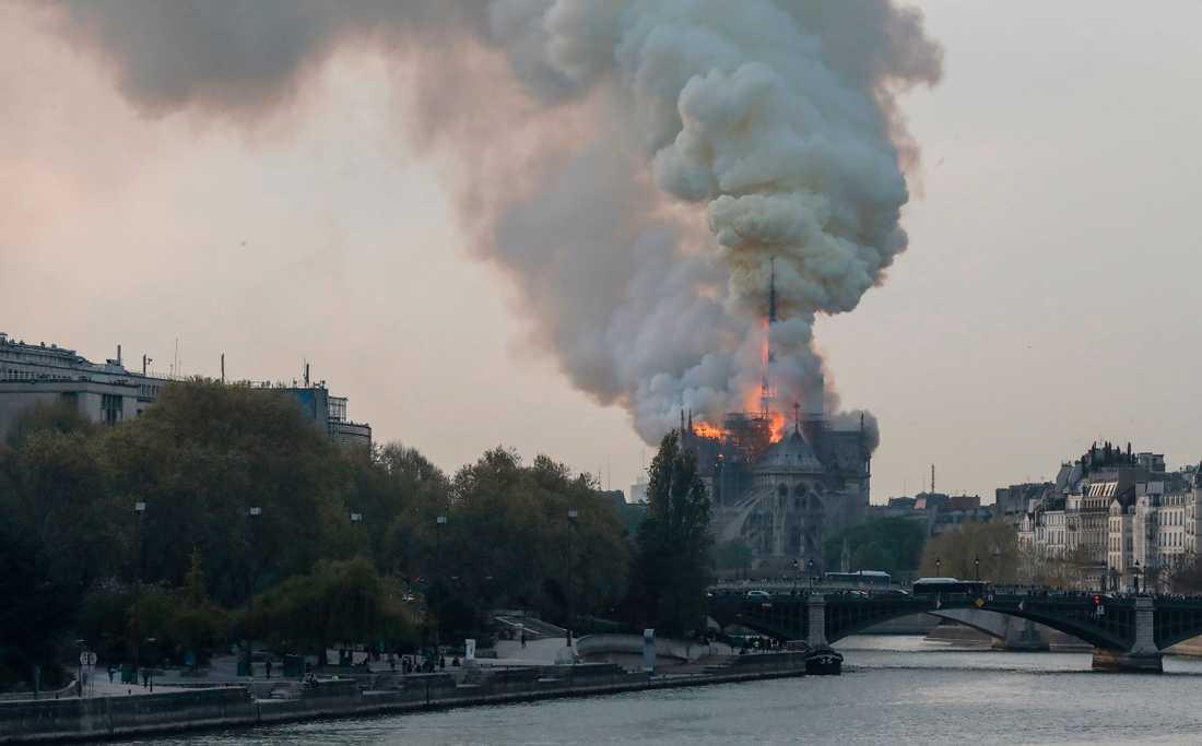 Rök och lågor stiger från katedralen Notre-Dame i Paris.