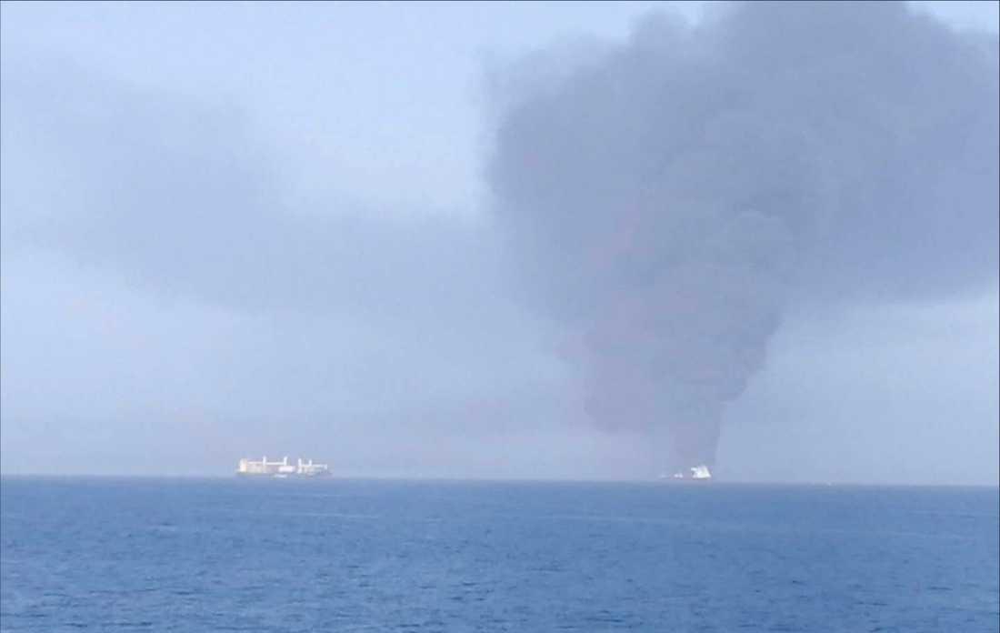 Ett tankfartyg från Norge har börjat brinna i Omanbukten.