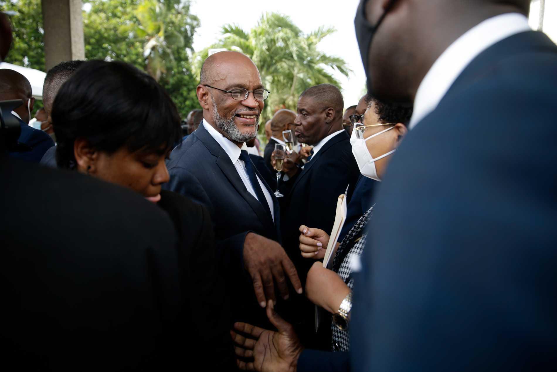 Haitis nye premiärminister Ariel Henry pratar med medlemmar ur landets regering efter att ha svurits in på sin post.