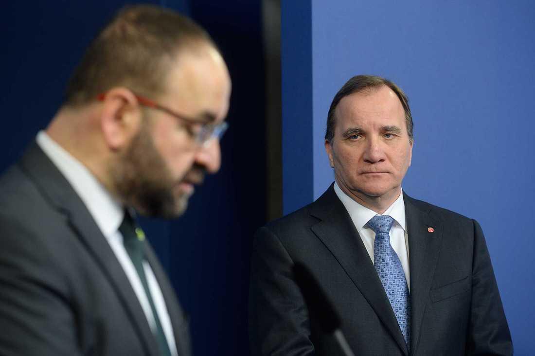 Mehmet Kaplan (MP) lämnar ministerposten. Till höger statsminister Stefan Löfven (S) som höll presskonferens och lämnade beskedet.