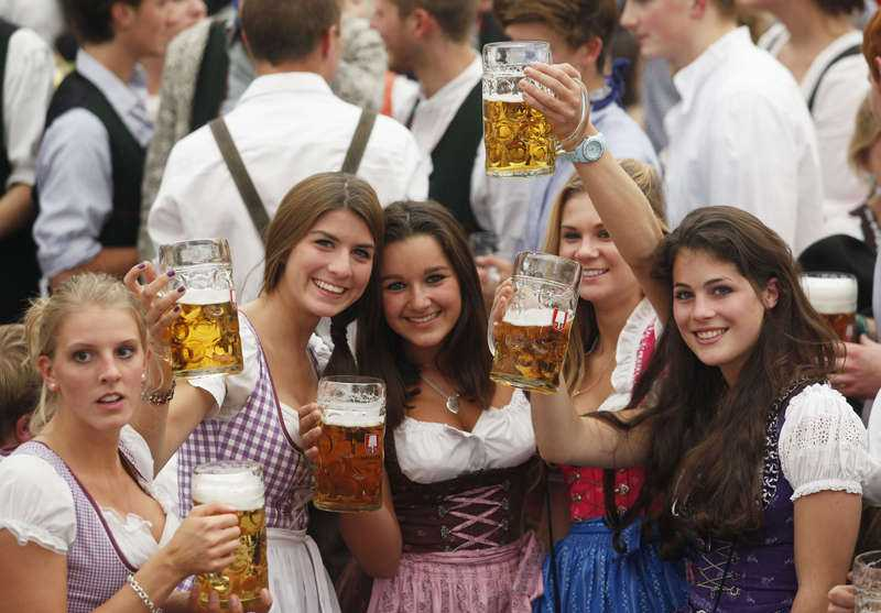 hett i bayern  Det ska vara tuttklänning med volanger i tyska Bayern. Här bär unga folkdräkten dirndl till fest och på dejten.